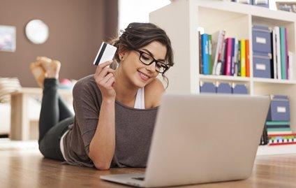 Pohlaví i věk hrají při on-line nakupování velkou roli. Ženy po internetu  nejčastěji nakupují oblečení a kosmetiku c1e5cf4daa